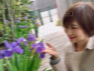 女性と花の写真・画像素材[2107258]