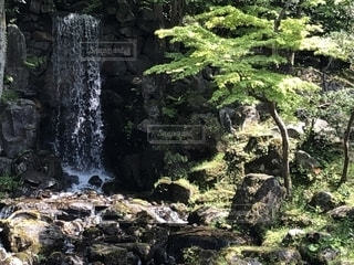 岩場の上の大きな滝の写真・画像素材[2106739]