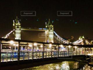 夜にライトアップされた大きな橋の写真・画像素材[2209876]
