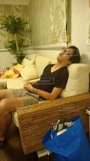 居間に座って寝ている人の写真・画像素材[2121715]