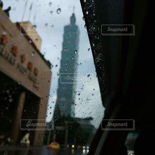 車窓越しの台北101の写真・画像素材[2105911]