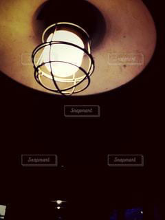 暗い部屋の電球 2/2の写真・画像素材[2137798]