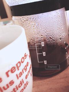 テーブルの上のコーヒー1杯の写真・画像素材[2106062]