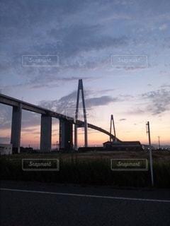 橋の上の夕日の写真・画像素材[2108790]