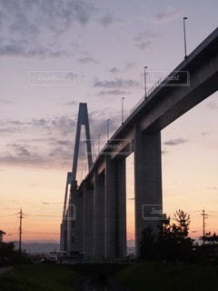 夕暮れ時の新湊大橋の写真・画像素材[2108789]