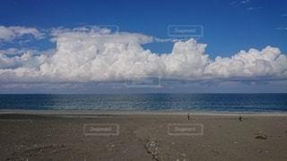 青い海に浮かぶ白い雲の写真・画像素材[2108925]