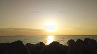 日本海に沈む夕日の写真・画像素材[2125504]