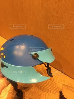 走って転んで顔に怪我。ヘルメットが頭を守ってくれた。の写真・画像素材[2106889]