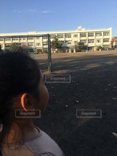 駐車場で若い女の子の写真・画像素材[2108186]