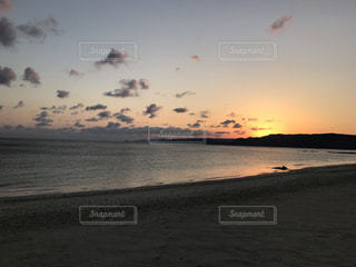 夕陽の海岸の写真・画像素材[2112479]
