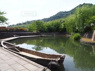 川の脇に座っているボートの写真・画像素材[2176289]