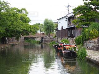 水に囲まれた小さな家の写真・画像素材[2176293]