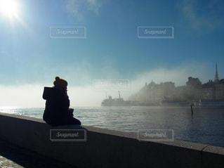 スウェーデンで朝靄の散歩の写真・画像素材[165109]