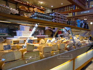 チーズ屋さんのディスプレイの写真・画像素材[1688627]