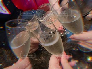 グラスもってかんぱーい!の写真・画像素材[2371932]