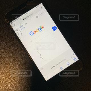 割れたiPhoneの写真・画像素材[2718391]