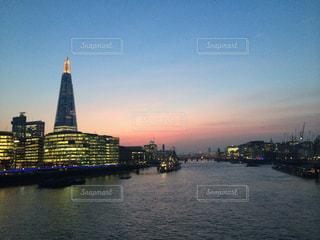 背景に都市がある大きな水域の写真・画像素材[2207669]