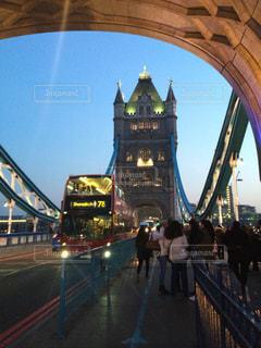 タワーブリッジとロンドンバスの写真・画像素材[2207687]