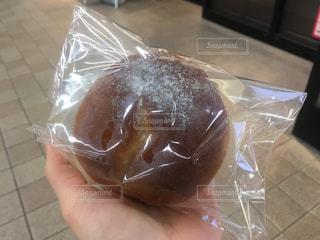 パンをもつ手の写真・画像素材[2216979]