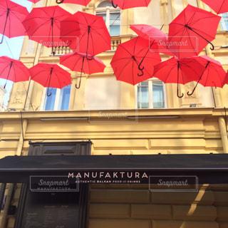 インスタ映えする赤い傘の写真・画像素材[2386470]