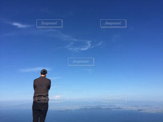 丘の上に立っている男の写真・画像素材[2119246]