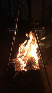 楽しい焚き火の写真・画像素材[2109799]