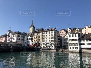 スイスの川と建物の写真・画像素材[2117412]