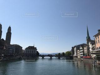 スイスの川の橋の写真・画像素材[2117413]