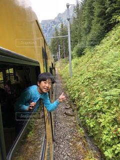 スイスの電車の窓からの写真・画像素材[2123197]