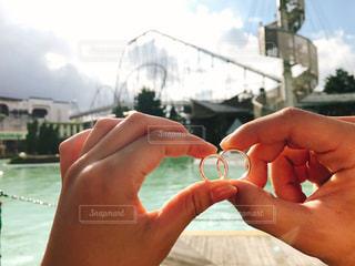 コップ一杯の水を持っている手の写真・画像素材[2110166]