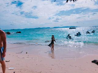 浜辺の人々のグループの写真・画像素材[2110362]