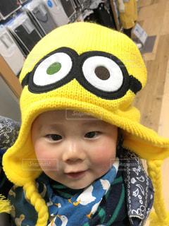 帽子をかぶった黄色いぬいぐるみの写真・画像素材[2110464]