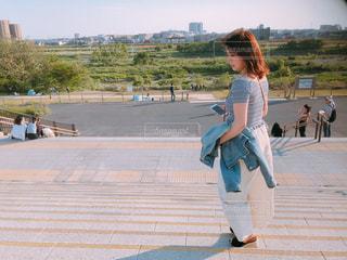 公園で歩いている若い女の子の写真・画像素材[2110873]
