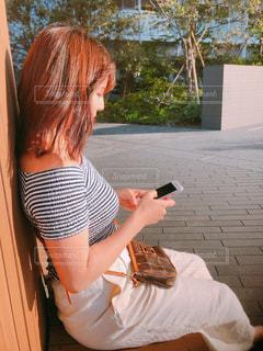 携帯電話を持っている女性の写真・画像素材[2110893]