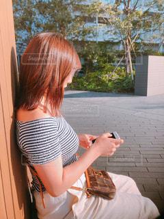携帯電話を持っている女性の写真・画像素材[2110896]
