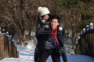 雪の中を歩いている人の写真・画像素材[2110948]