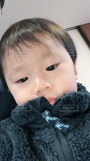 テディベアを抱いた小さな男の子の写真・画像素材[2110969]