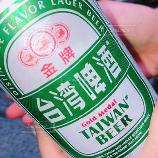 ボトルを持っている手の写真・画像素材[2111516]
