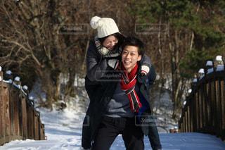 雪の中を歩いている人の写真・画像素材[2111570]