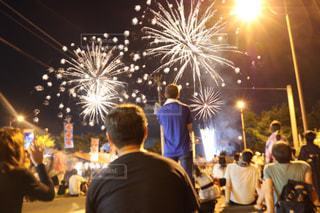夜に通りを歩いている人々のグループの写真・画像素材[2111571]