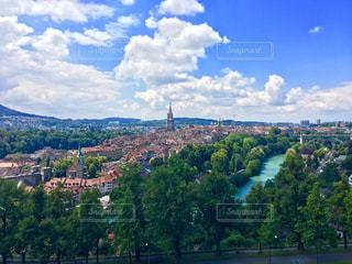 背景に山がある都市の眺めの写真・画像素材[2112099]