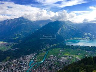 背景にある大きな山の眺めの写真・画像素材[2112101]
