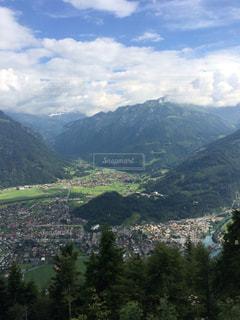 背景にある大きな山の眺めの写真・画像素材[2112106]
