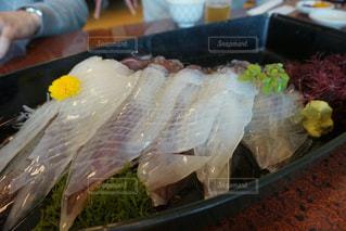 テーブルの上の食べ物のトレーの写真・画像素材[2112162]