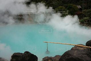 背景に山がある煙の山の写真・画像素材[2112192]