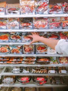 たくさんの食べ物が詰まった店のディスプレイの写真・画像素材[2114390]