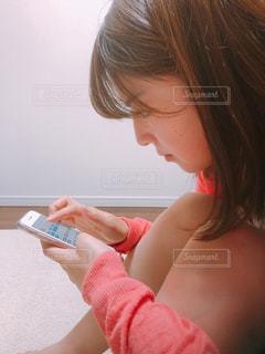 携帯電話を持っている女性の写真・画像素材[2114765]