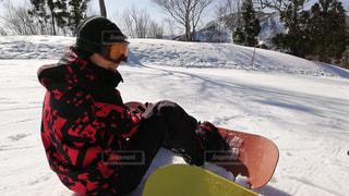 派手なウェアを着てスノーボードの写真・画像素材[2110620]