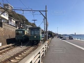 列車は道路の脇に駐車しているの写真・画像素材[2110639]