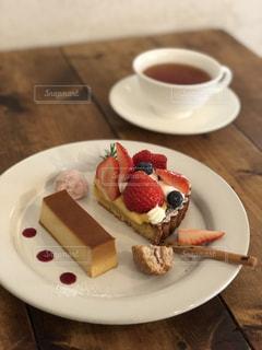 食べ物の皿とコーヒー1杯の写真・画像素材[2111711]